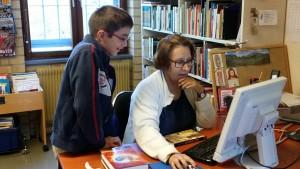 Skolbibliotekarie Carmen Liljegren-Cruz välkomnar eleverna till vårt skolbibliotek.