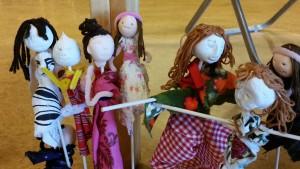Några av de olika karaktärer som eleverna skapat i sina familjer.