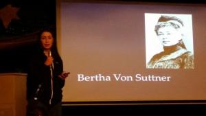 Jennifer berättar om Bertha Von Suttner.