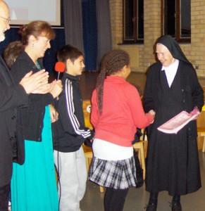 Syster Miriam besökte ofta skolan och följde elevernas framsteg.