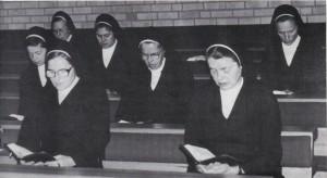 Våra skolsystrar som formade oss till det vi är idag. Syster Miriam i mitten av sina medsystrar.