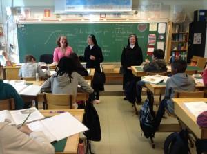 Sustrarna besökte fröken Ania och klass 4.
