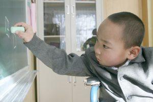 Ankbayar 9 år ritar på tavlan. © UNICEF Mongolia/2015/Zetty Brake