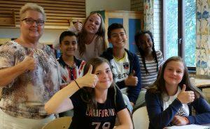 Fröken Kristina, Tomas, Madde, Mauro, Lulia, Petra och Joanna gör tummen upp för den nya redaktionen.
