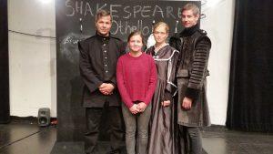 Recensenten själv tillsammans med de tre skådespelarna.