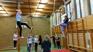 Modiga elever testar balansen i trapetsen.