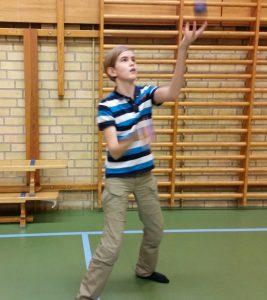 Claes visade hur man skulle hålla bollarna i luften.