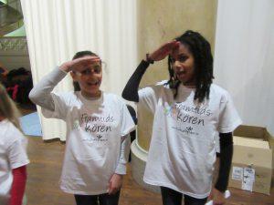 Fabronia och Mikal övar gester.