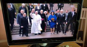 Påve Franciskus anländer till Lunds Domkyrka i sällskap av Drottningen och Kungen.