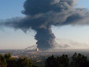 Brandröken spred sig snabbt genom staden.